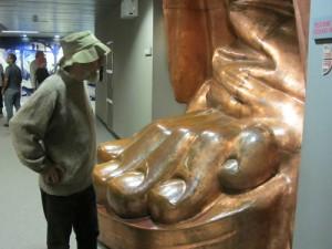 270315IMG_4182 Robin w lifesize replica of Liberty foot (3)